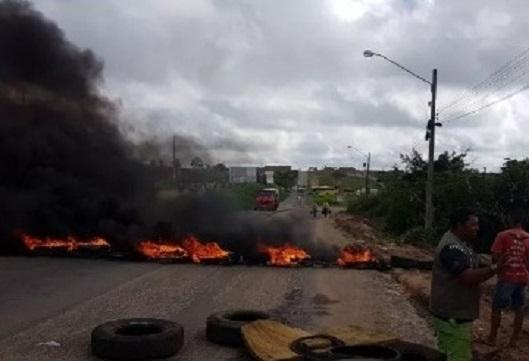 pipeiros-bloqueiam-estradas-e-querem-fim-do-icms-para-transporte-de-agua
